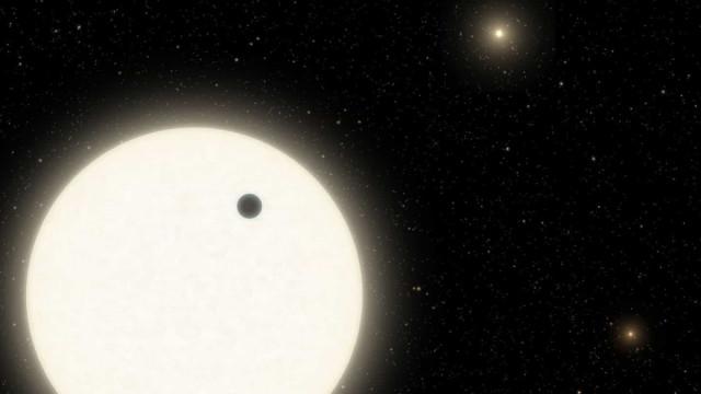 Astrónomos descobriram planeta em sistema com três estrelas