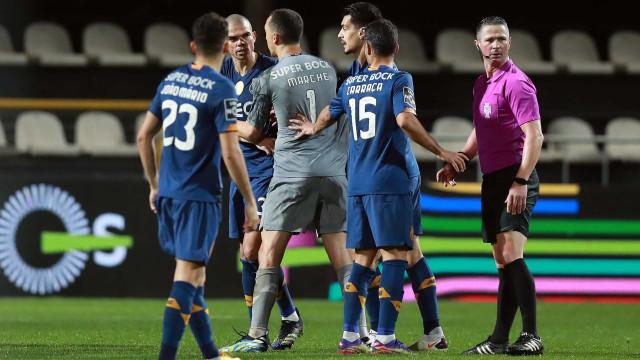 Pepe e Loum 'pegados' após o final do Farense-FC Porto