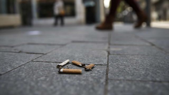 Aprovadas coimas entre 25 e 250 euros para quem deitar beatas ao chão