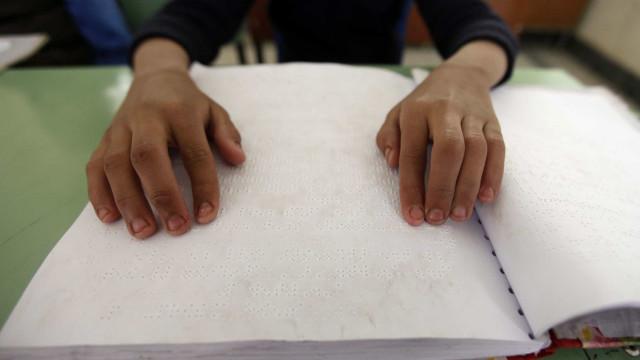 Quase 400 manuais adaptados para braille para alunos cegos este ano