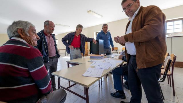 Mesa de Morgade recebeu quatro votos em dia de protesto da população