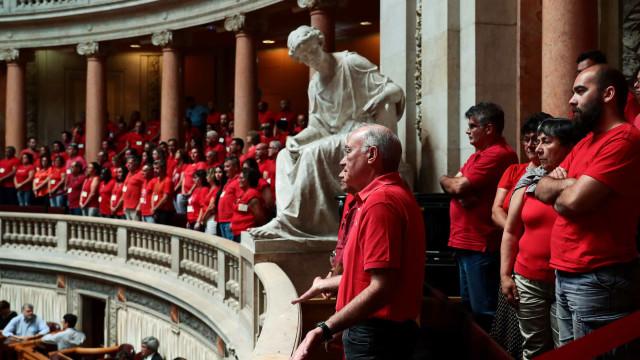 """Sindicalistas protestam nas galerias da AR. """"Ou se sentam ou saem"""""""