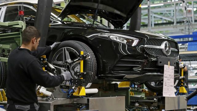 Mercedes-Benz recolhe mais de 660 mil veículos em risco de vazar óleo