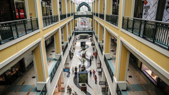 Centros comerciais reabrem na segunda-feira (mas) com regras de lotação