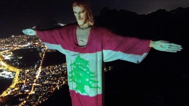 Bandeira do Líbano projetada no Cristo Redentor em homenagem a vítimas