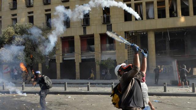 Manifestantes invadem MNE em Beirute. Há 130 feridos em confrontos