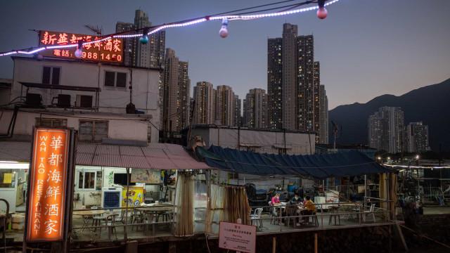 China testa milhões e impõe bloqueios após detetar surtos em três cidades