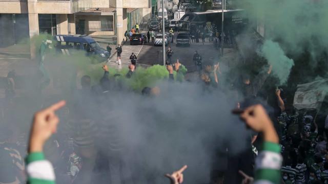 Confrontos entre adeptos do Sporting e a polícia em Alvalade