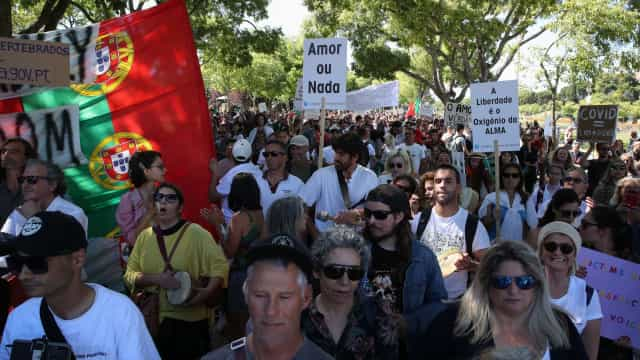Marcha contra restrições sanitárias reúne centenas em ruas de Lisboa