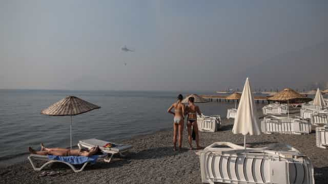 Turistas em pânico na Turquia fogem para a costa à espera de resgate