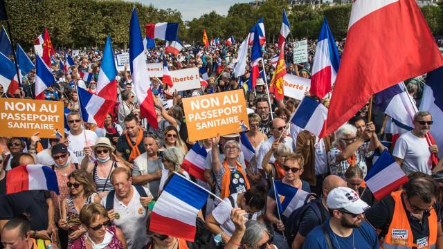 Franceses voltam à rua em protesto contra passe sanitário