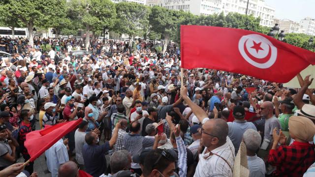 Milhares manifestam-se em Tunes contra golpe de Saied