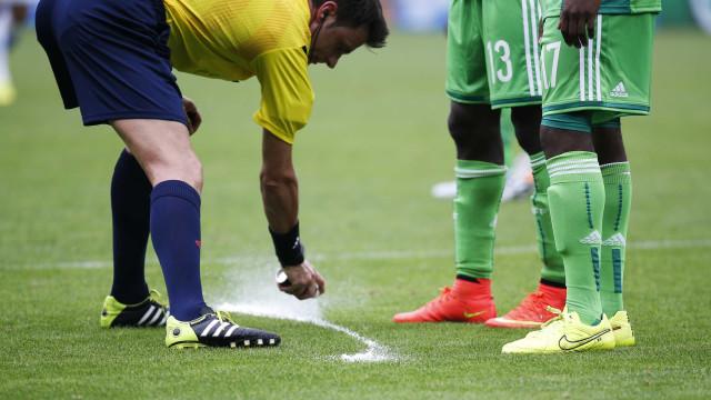 Spray para demarcar barreiras pode 'colocar' presidente da FIFA na prisão