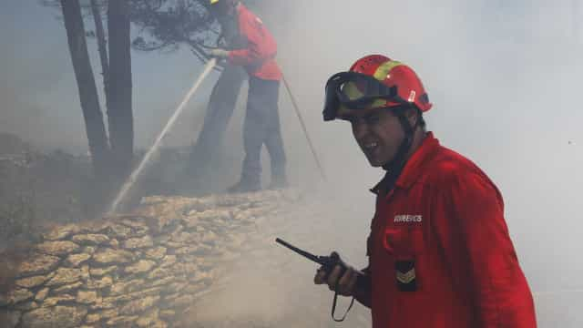 Fogo em Vila de Rei fere quatro bombeiros. Um está em estado grave