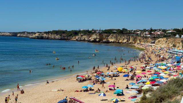 Algarve. Idosa perde os sentidos e morre em praia de Armação de Pêra