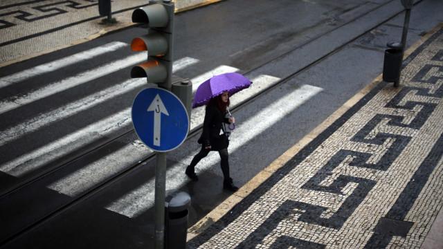 Ir à praia? Atenção, previsão de trovoada e chuva forte para 12 distritos