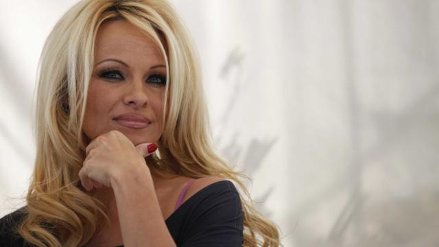 """Pamela Anderson revela ter sido traída por ex-marido: """"Ele é um monstro"""""""