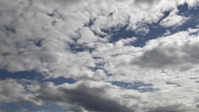 Muitas nuvens, aguaceiros e risco de incêndio. As previsões para hoje