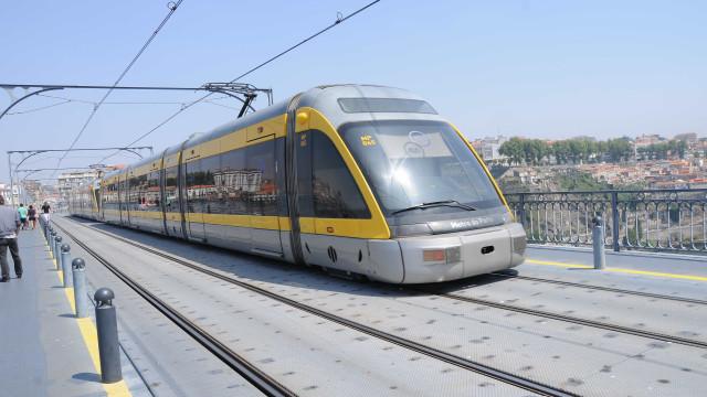 Um ferido em colisão de carro com Metro do Porto. Circulação interrompida