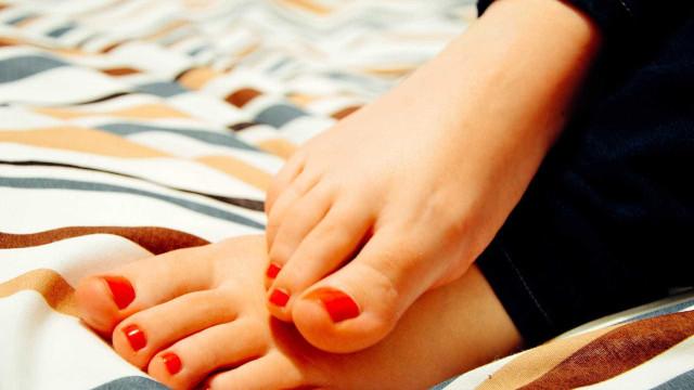 Saiba como remover a pele morta dos pés utilizando um esfoliante caseiro