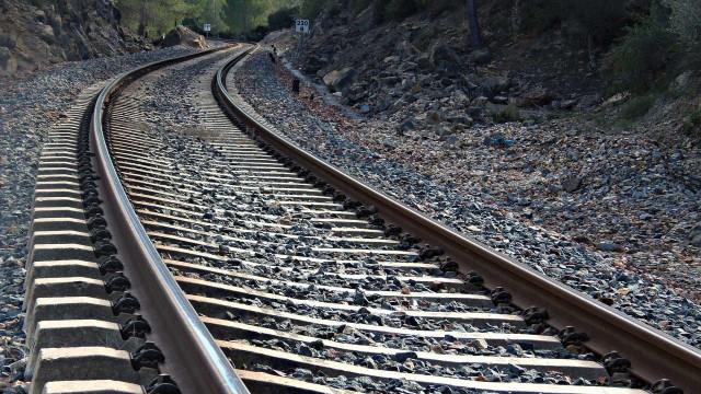 Criança morre atropelada por comboio na Guarda. Linha cortada