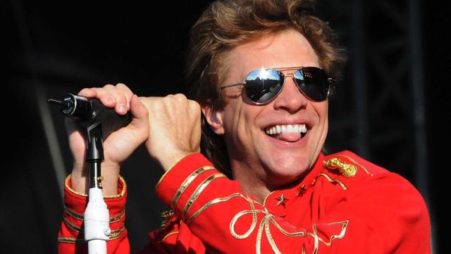 Jon Bon Jovi surpreende fã de 22 anos com beijo na boca