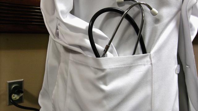 Médico que deixou bebé nascer sem rosto tem quatro processos na Ordem