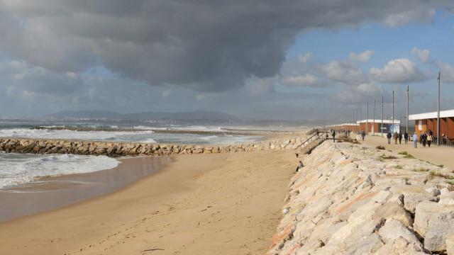 Adolescente de 14 anos morre na Costa de Caparica após desmaiar