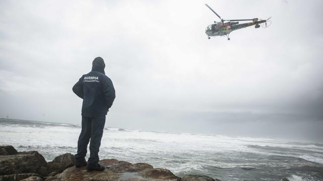 Homem desaparecido em praia da Figueira. Mulher retirada do mar com vida