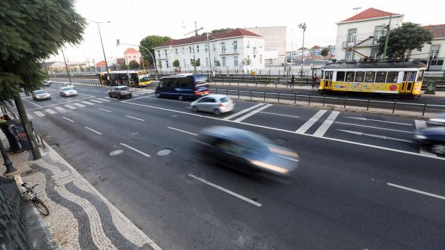 Quatro feridos em atropelamento com fuga na Avenida 24 de Julho em Lisboa
