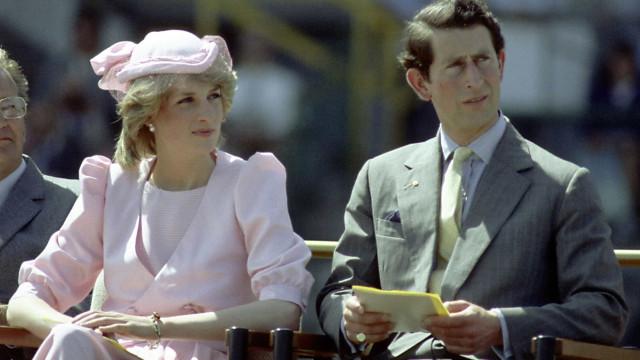 O comentário cruel que o príncipe Carlos terá feito à mãe da Diana