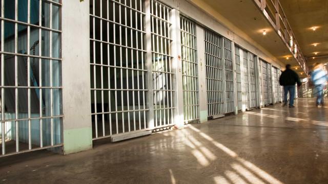 Apreendidos 13 telemóveis, armas e droga na cadeia do Linhó em Sintra