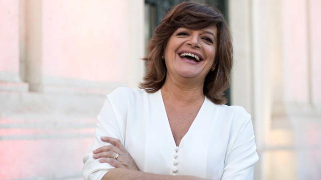 Júlia Pinheiro vestida a rigor para assistir a casamento... via online