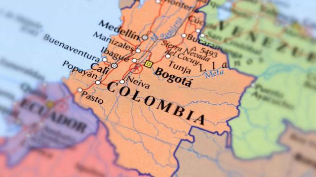 Avioneta cai em cima de casas na Colômbia e faz sete mortos