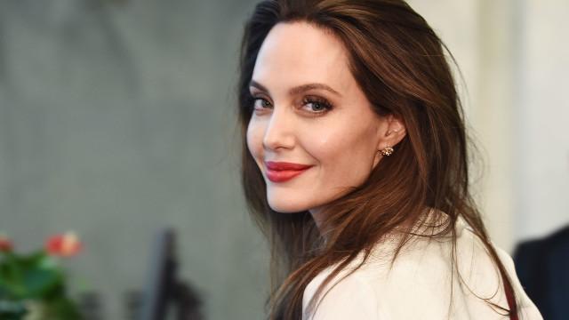 Angelina Jolie acompanha filho no primeiro dia de faculdade