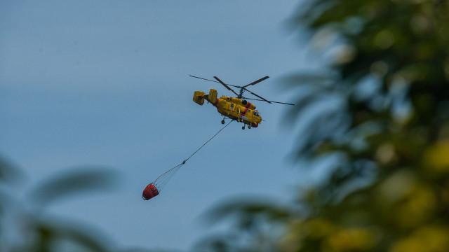 Helicóptero de combate a incêndios obrigado a aterragem de emergência
