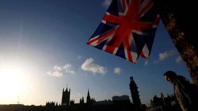 Deputados britânicos aprovam moção que impede suspensão do parlamento