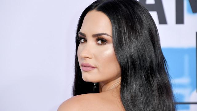 Demi Lovato prega susto aos fãs ao surgir com barriga de grávida