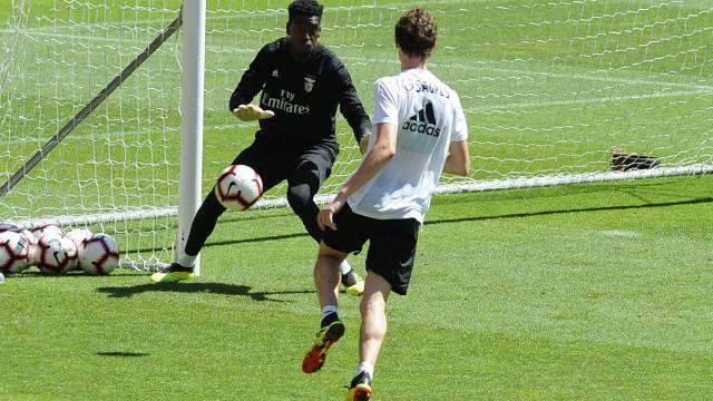 Oficial: Benfica confirma empréstimos de Varela e Alex Pinto