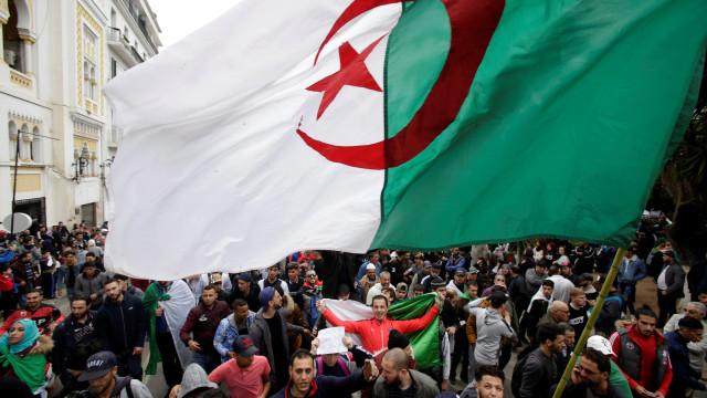 Eleições presidenciais na Argélia marcadas para 12 de dezembro