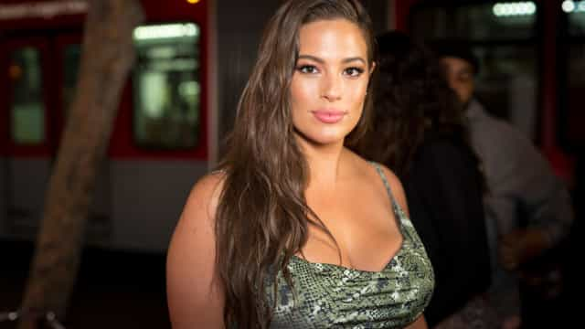 Nua em nova foto, modelo plus size Ashley Graham exibe barriguinha