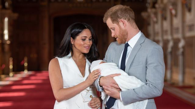 Meghan Markle e Harry mostram cara do filho em nova foto única