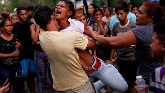 Embarcação naufragou nas Caraíbas com pelos menos 20 venezuelanos