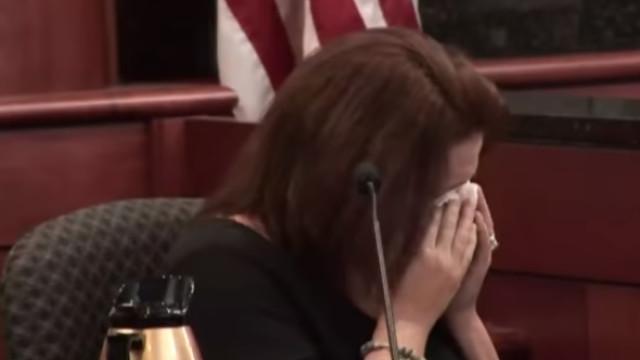 Mãe não contém emoção ao testemunhar contra 'ex' que matou os 5 filhos