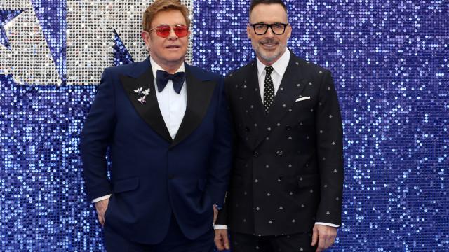 O casal mais elegante da noite: Elton John encanta ao lado do marido