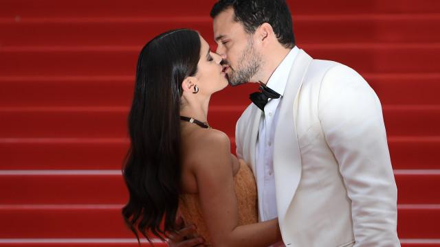 Cannes: Sara Sampaio protagoniza momento de pura paixão e beija namorado