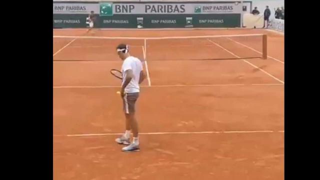Já corre mundo: Pare o que está a fazer para ver este gesto de Federer