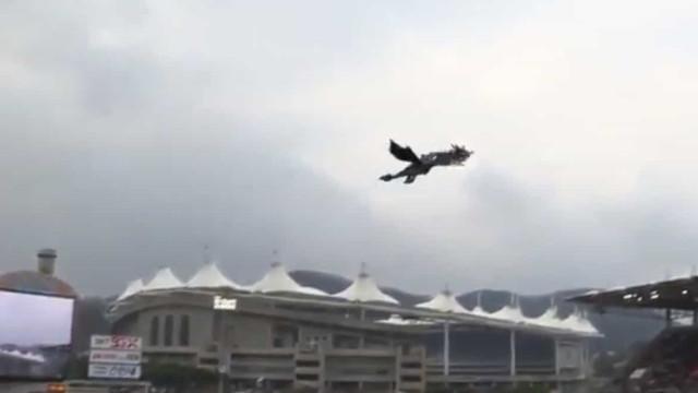 Dragão voa sobre um estádio de basebol. O público ficou incrédulo