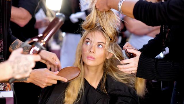 Deusa grega? Stella Maxwell deslumbra em Cannes com vestido Versace