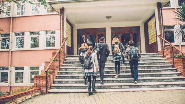 Carro, transportes ou a pé: Como vão os alunos portugueses para a escola?